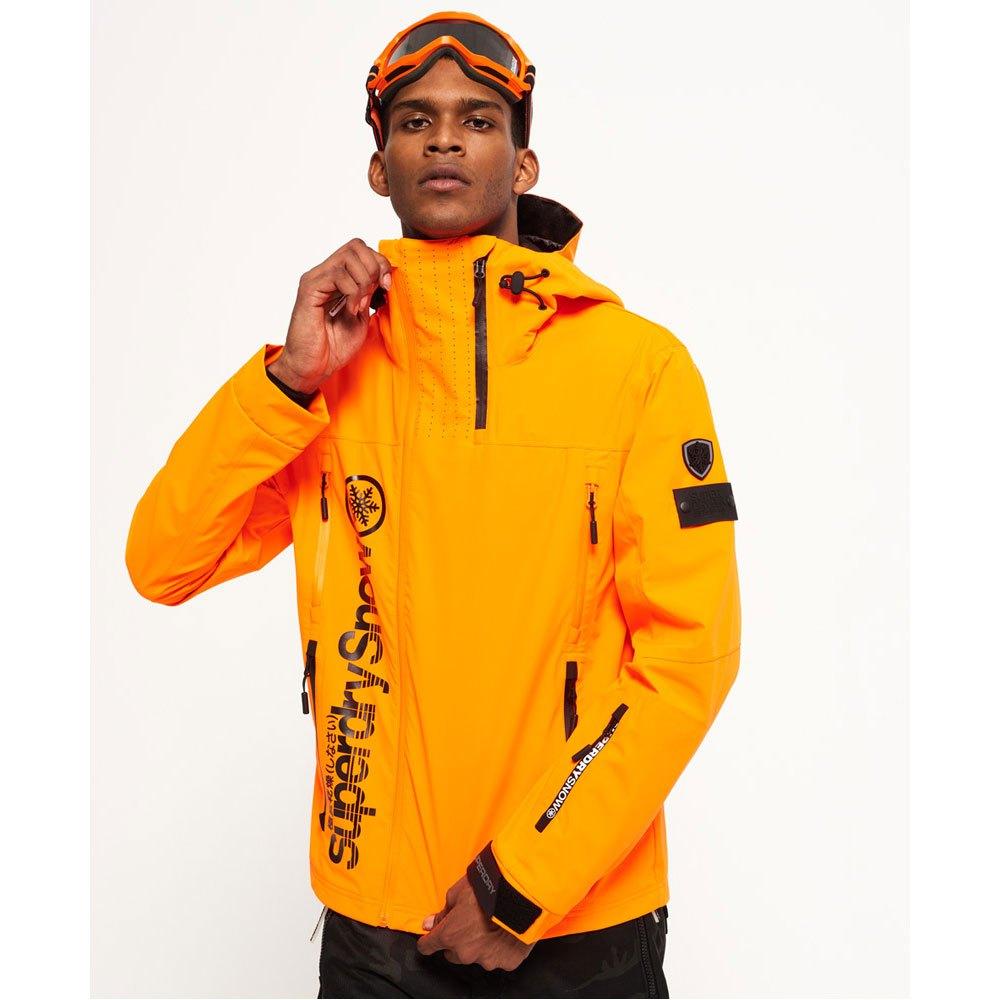 Superdry, joka aloitti toimintansa yksinketaisella t-paitasuunnittelulla on nykyään täydellinen vaatemallisto, joka laajenee kansainvälisesti Englannista, josta kaikki alkoi. Kuuluisuudet kuten David Beckham pitävät tämän merkin vaatteita ja merkki saa näin suurta huomiota.